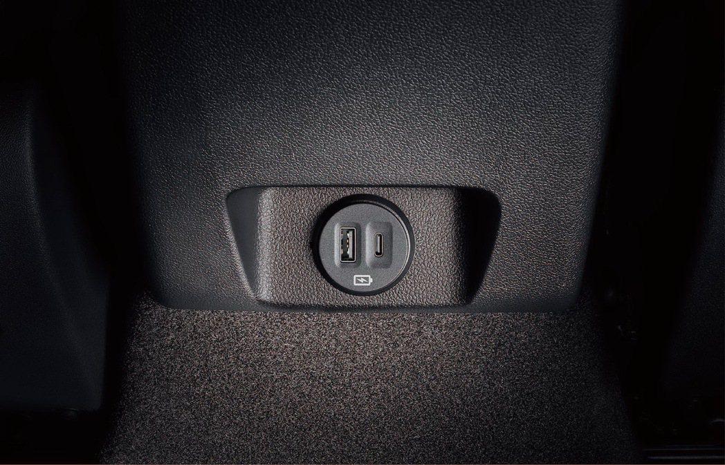 Ford Focus全車系標配後座充電座(Type A & Type C),娛樂...
