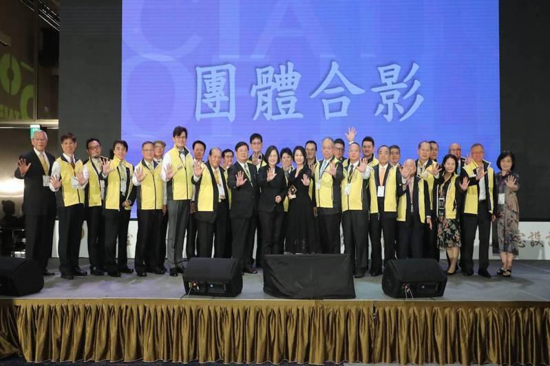 台北市室內設計裝修商業同業公會五十週年,總統蔡英文至會場為50年.40年.30年...