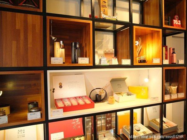 層架具設計感,放置各式以嚴選的芝麻製成的優質商品,還有頂級禮盒系列