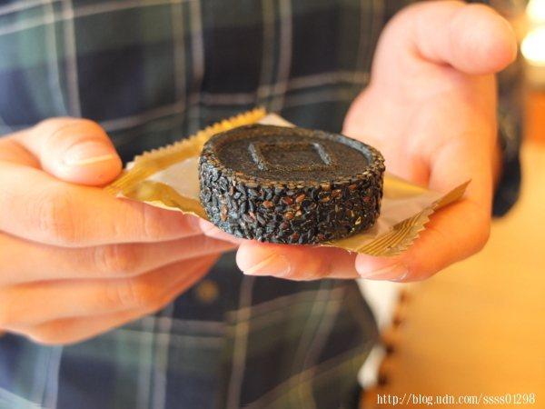 每塊芝麻糕都是13mm的黃金厚度,外酥內Q,綿密咀嚼度,風味有口皆碑