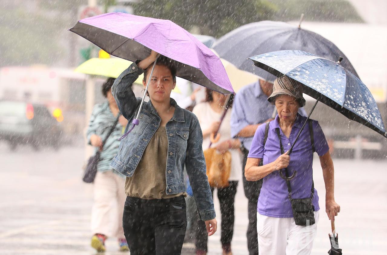 受東北季風影響,中央氣象局發布大雨特報,宜蘭縣、基隆北海岸地區及大台北山區有大雨...