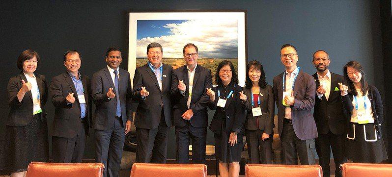 外貿協會秘書長葉明水(左四)及經濟部國際貿易局組長張淑逸(右五)率MEET TAIWAN 團隊拜會ICCA主席James Rees(左五)及CEO Senthil Gopinath (左三)。圖/外貿協會提供