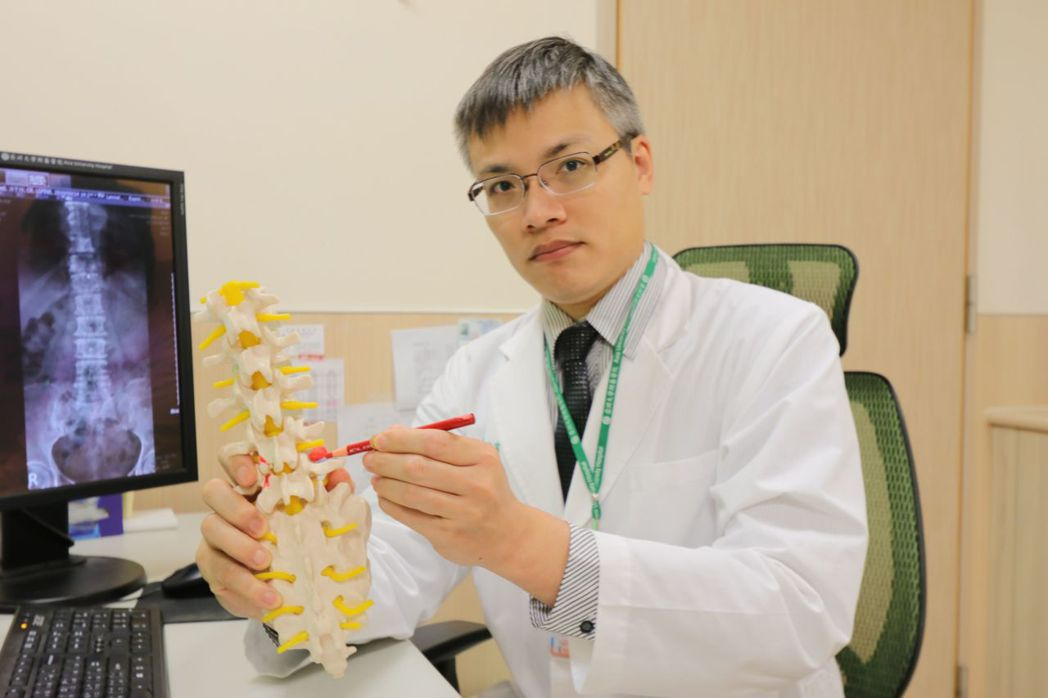 亞大醫院骨科主治醫師羅達富指出患部位置。圖/亞大醫院提供