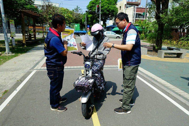 台中市府人員在潭雅神綠園道,勸導民眾不能在此自行車道騎電動自行車,明天起開始取締。圖/台中市觀旅局提供