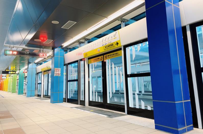 南北向月台的彩虹列柱與對稱的8.7cm條紋圖飾。 圖/台北捷運局提供