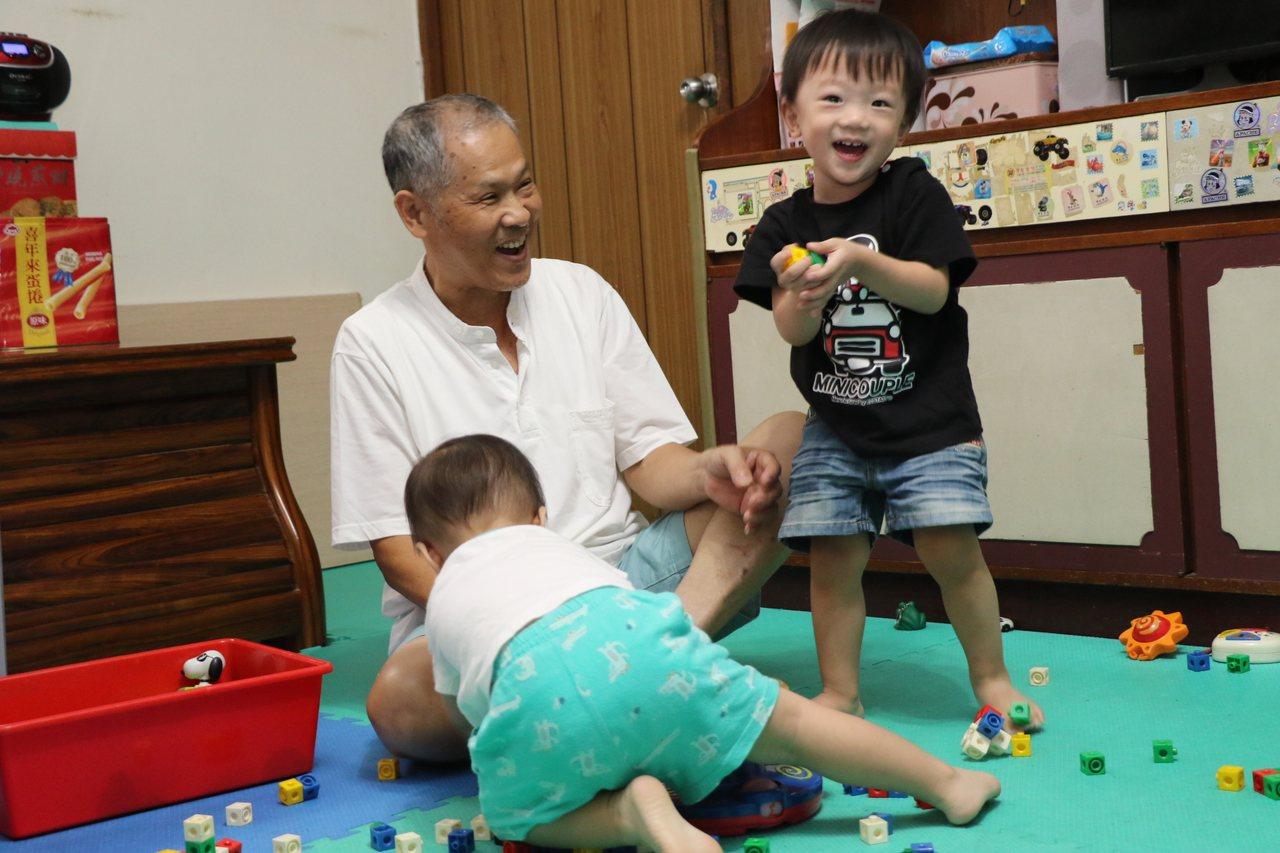 67歲的黃永坤16年來照顧17名「孫子」,不是自己的內、外孫,而是收托的孩子,更...