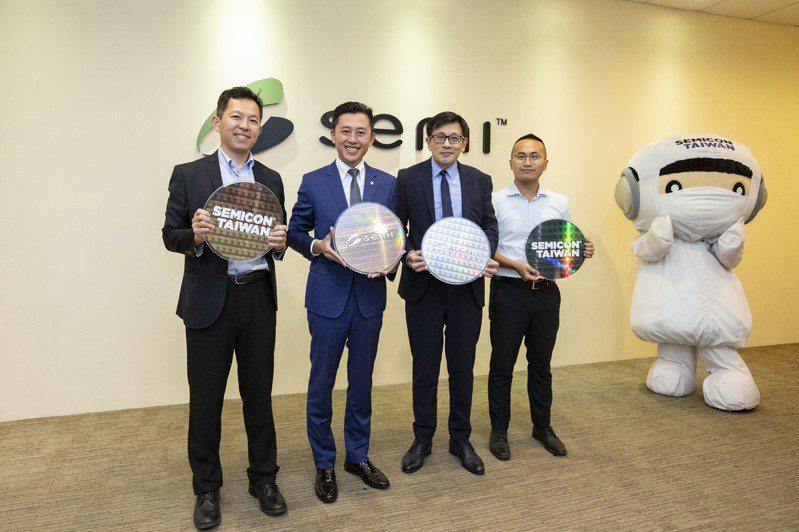 新竹市長林智堅(左二)拜訪SEMI國際半導體產業協會台灣區總裁曹世綸(右二),希望透過與SEMI合作媒合世界級科技大廠進駐竹科X產業園區。圖/市府提供
