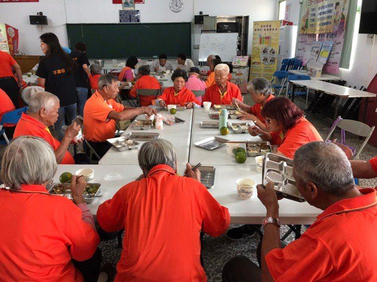 面對高齡長者肌少症現象,南投衛生局啟動7場次行動廚房列車,配合營養師前往各社區進...