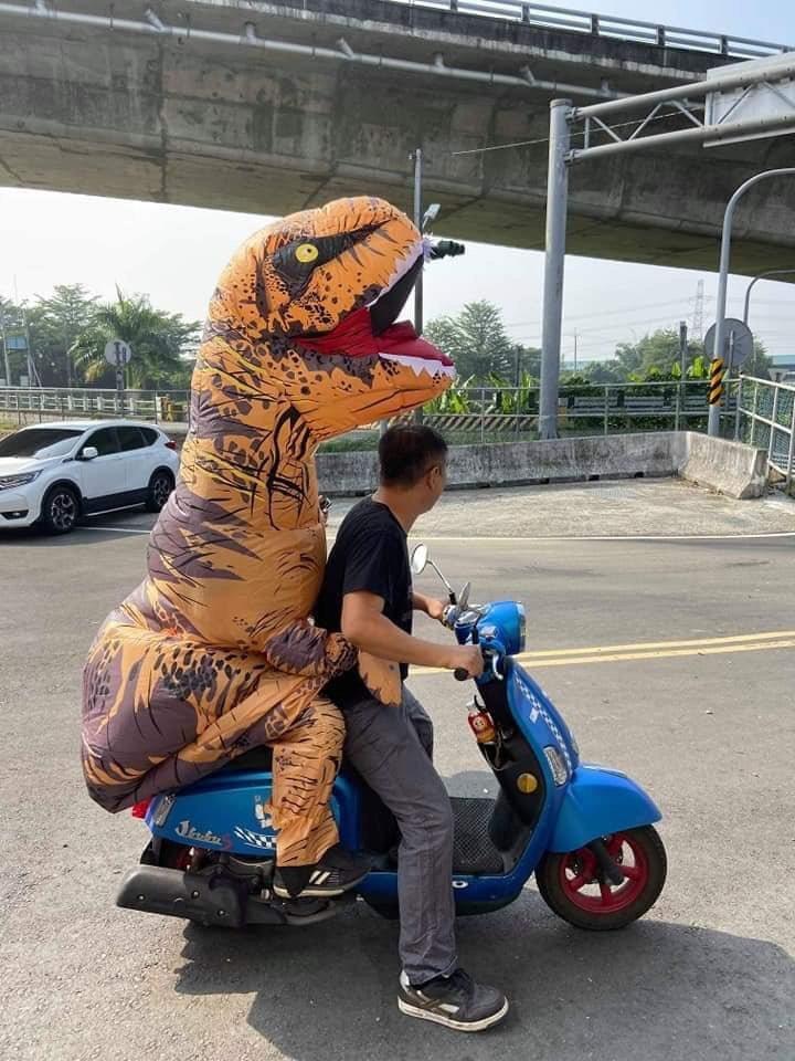 台南官田渡拔國小萬聖節,老師扮成大恐龍,超級吸睛。圖/學校提供