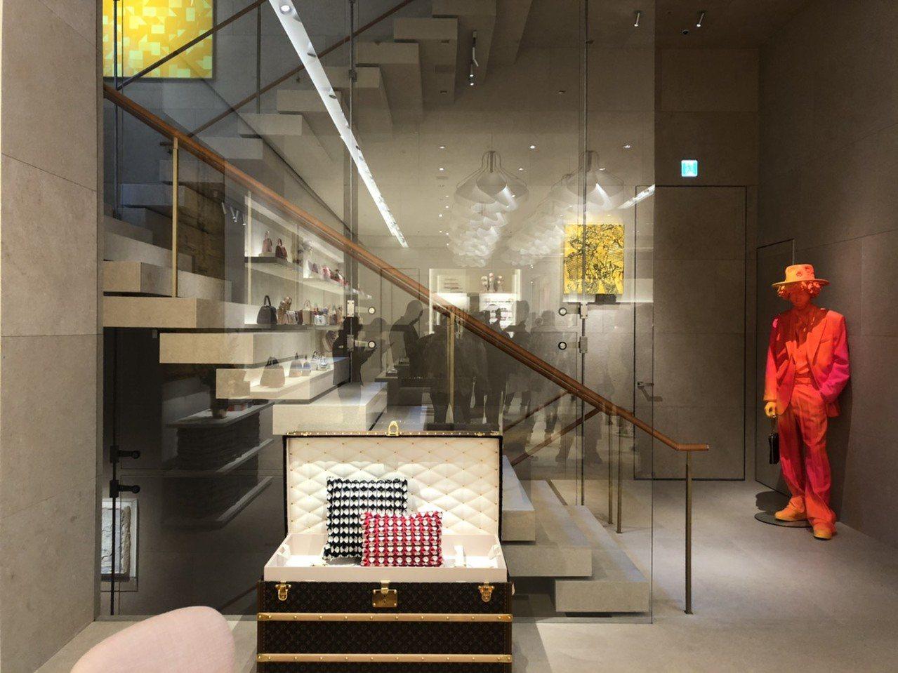 首爾旗艦店的梯間宛如垂直藝廊,轉角牆面懸掛了當代藝術家畫作。記者楊詩涵/攝影