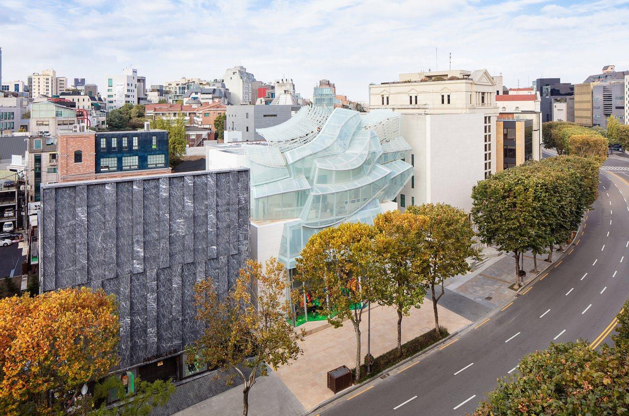 由建築大師法蘭克蓋瑞設計的首爾旗艦店,呼應路易威登基金會美術館的通透量體。圖/L...