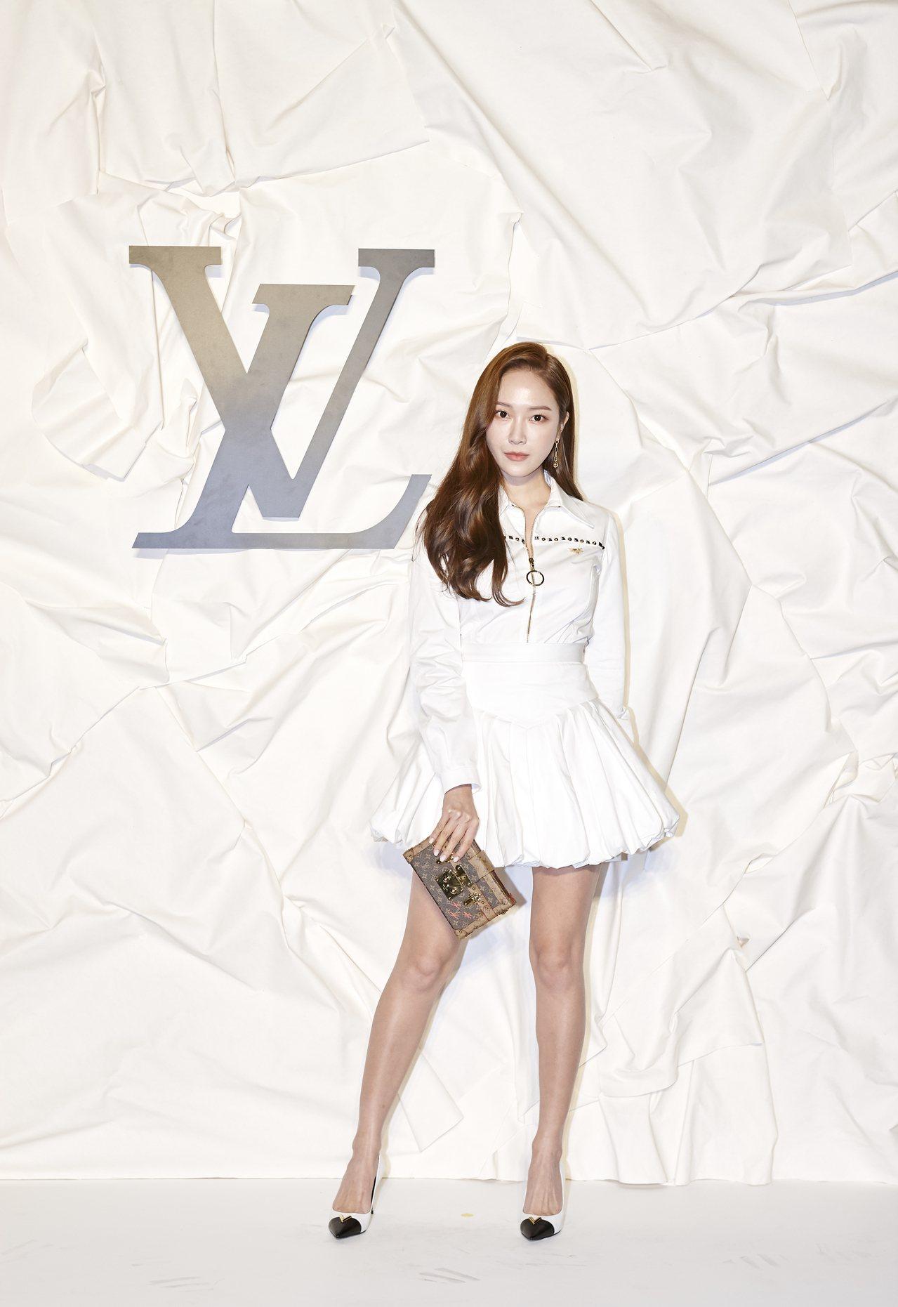 Jessica身穿白色裙裝,在眾星灰黑色系穿搭中成了亮點。圖/LV提供