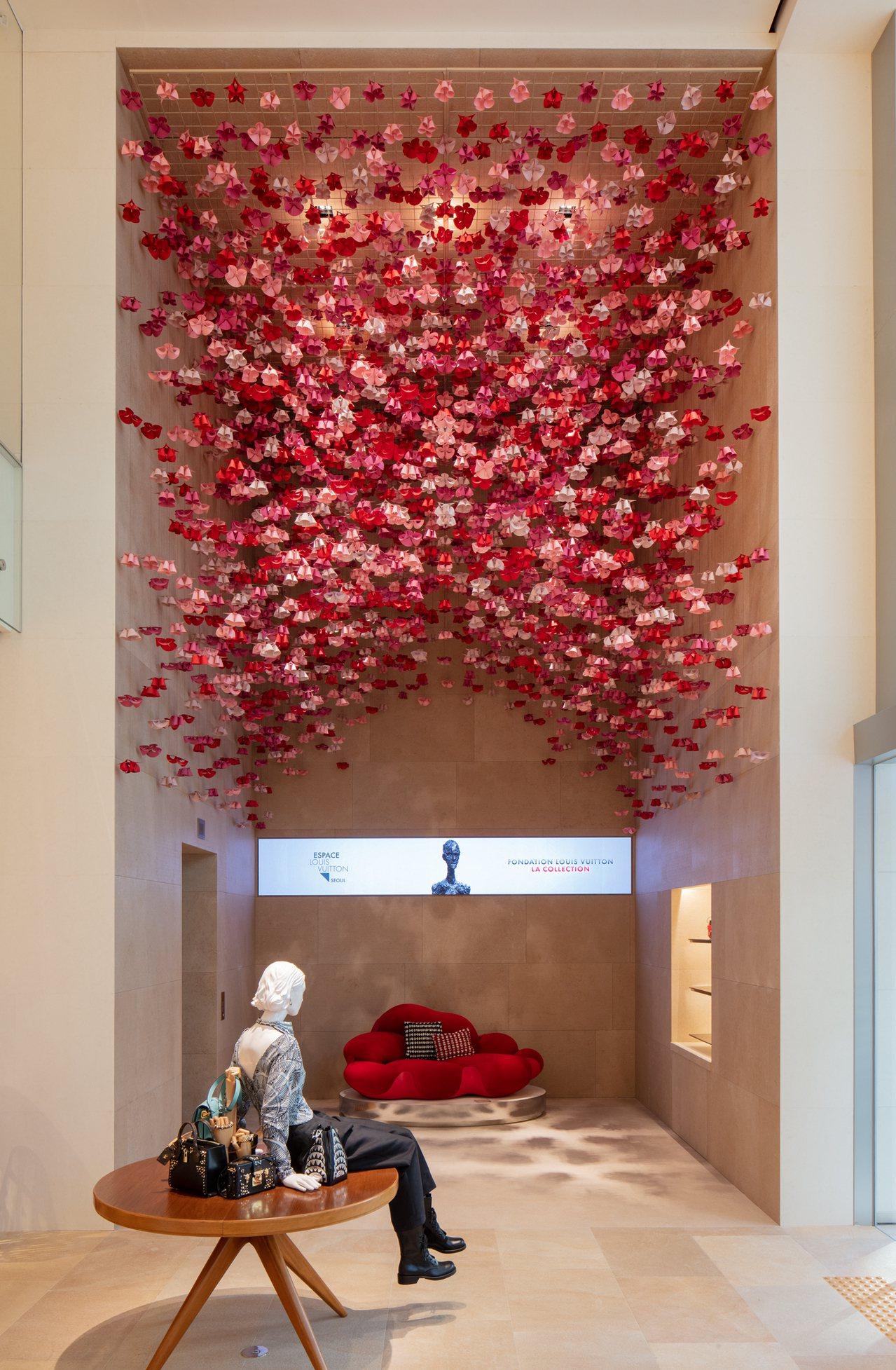 藝術無所不在的首爾旗艦店內,一樓垂墜的燦爛花朵裝飾圖樣為monogram,椅子為...