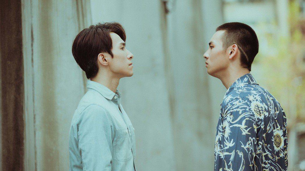 張瀚元(左)與劉韋辰劇中跨越年紀差別相戀。圖/LINE TV提供