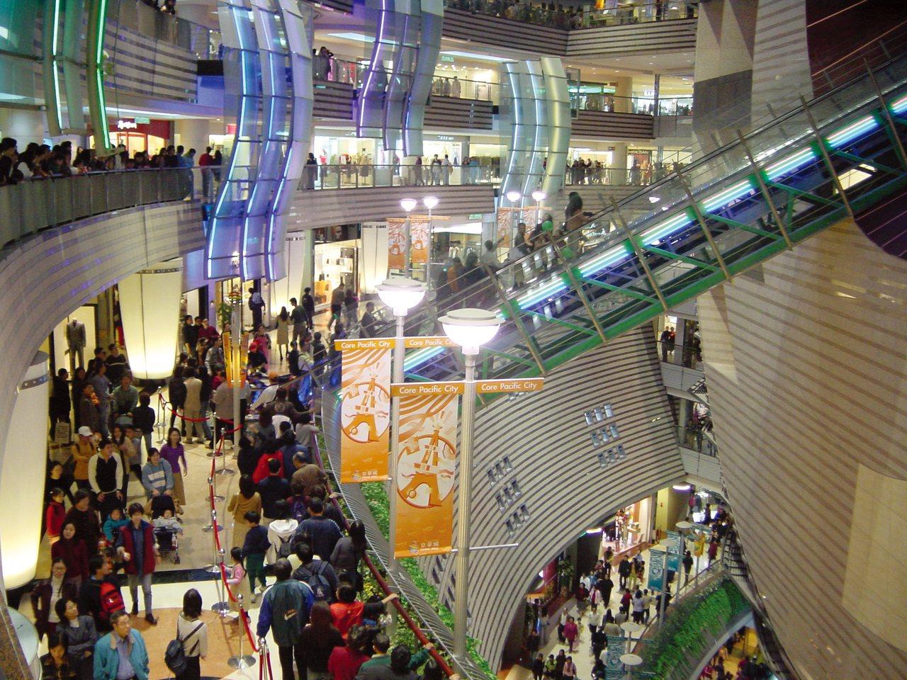 京華城剛開幕的前2個月,館內滿滿的到處都是人潮,更因為裡面的顧客流連往返,常常使...