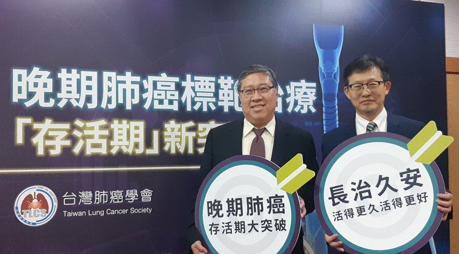 左為台灣肺癌學會理事長陳育民,右為高雄長庚醫院肺癌團隊召集人王金洲。記者邱宜君/攝影