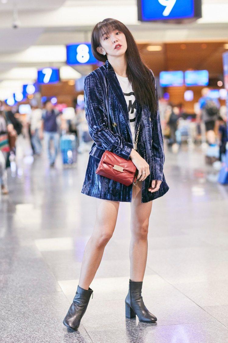 郭書瑤穿深藍色絨毛西裝外套15,900元、白色logo短上衣4,300元,搭配C...