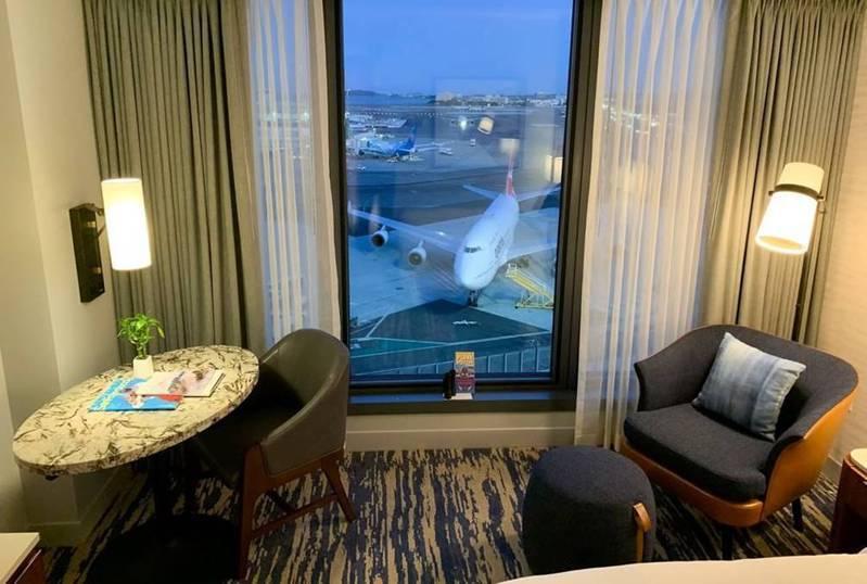 跑道景觀套房的視野極佳,打開落地窗簾即可欣賞近距離飛機起降。 圖/舊金山國際機場(SFO)與凱悅酒店集團(Grand Hyatt)提供