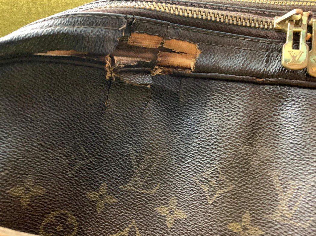 徐乃麟用了31年的包包,已破舊不堪,他卻捨不得換。圖/東風提供