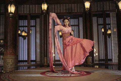 吳謹言因「延禧攻略」爆紅後,「皓鑭傳」再度搭檔聶遠備受矚目,而「皓」劇中她也一展舞蹈長才,穿古裝翩翩起舞,展現優美的身段和曼妙舞姿,戲外她在成為演員前,曾學習跳舞多年,還夢想成為芭蕾舞者。提到拍攝舞...
