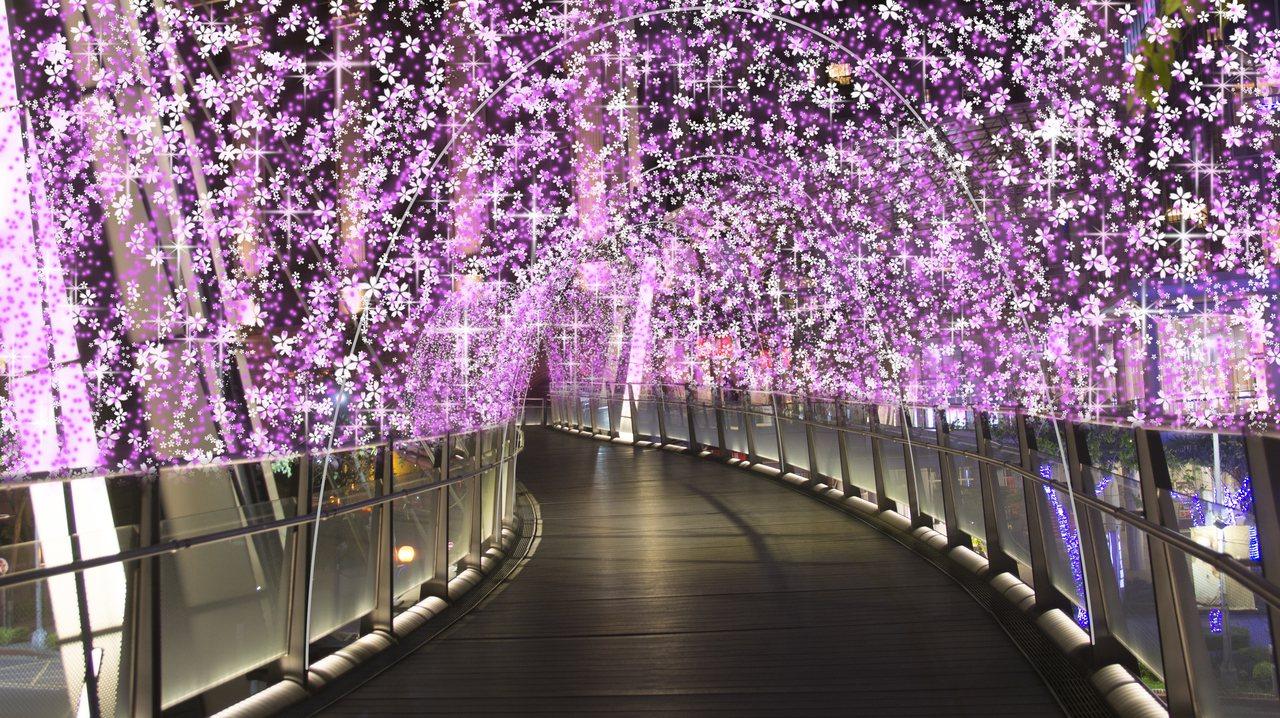 掛滿絢麗燈飾的「新站路天橋」。圖/新北市政府觀光旅遊局提供