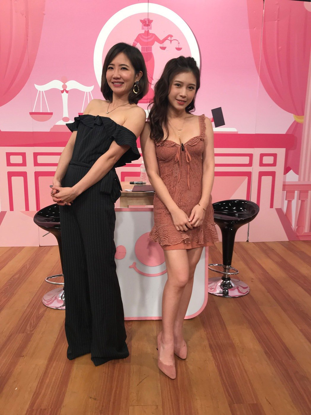 謝忻(左)上雞排妹主持的「學姊受不了」。圖/學姊受不了提供