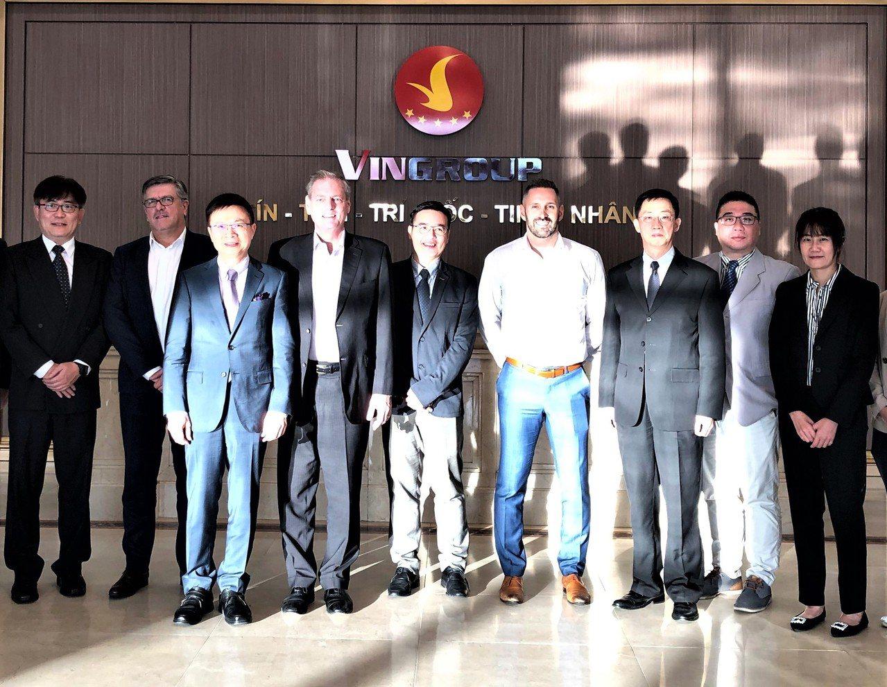 貿協董事長黃志芳(左三)率台灣汽車、電子產業業者,前進越南拜訪當地最大跨領域集團...