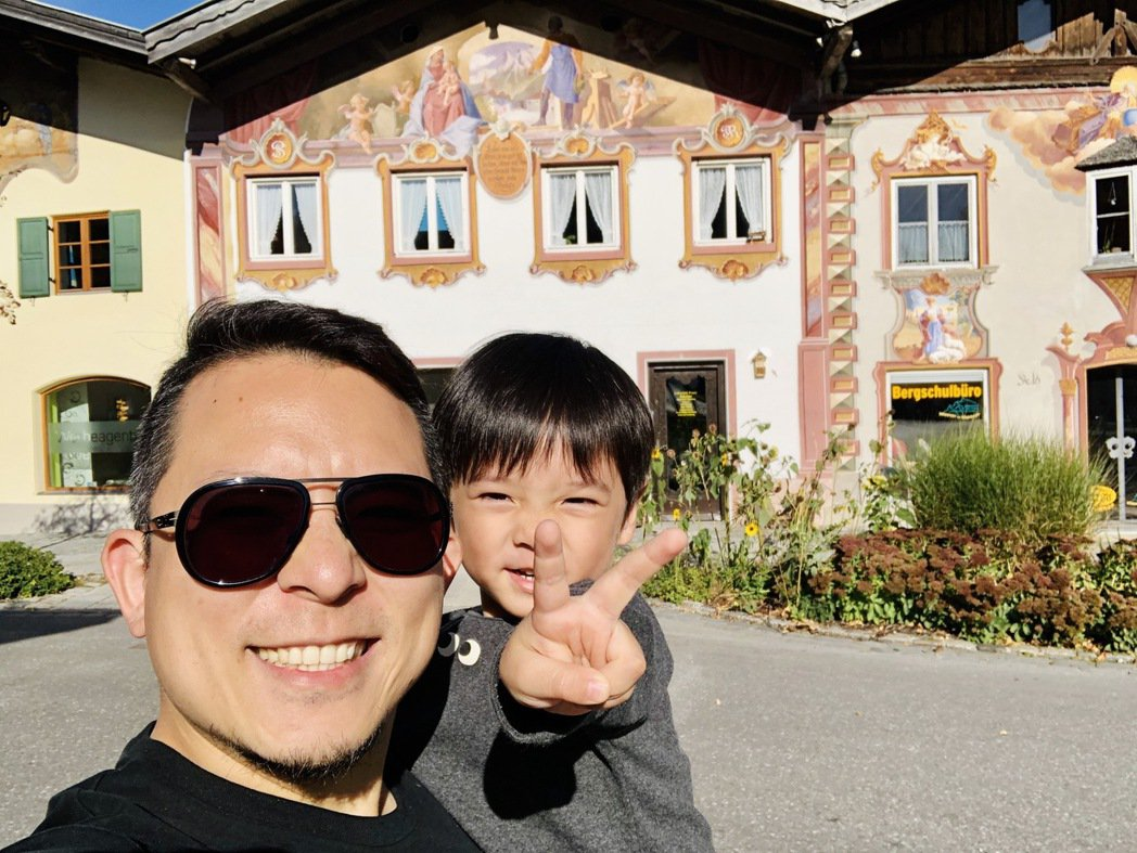 蘇打綠小威(右)帶著大兒子Star造訪小提琴之城Mittenwald。圖/LeM...
