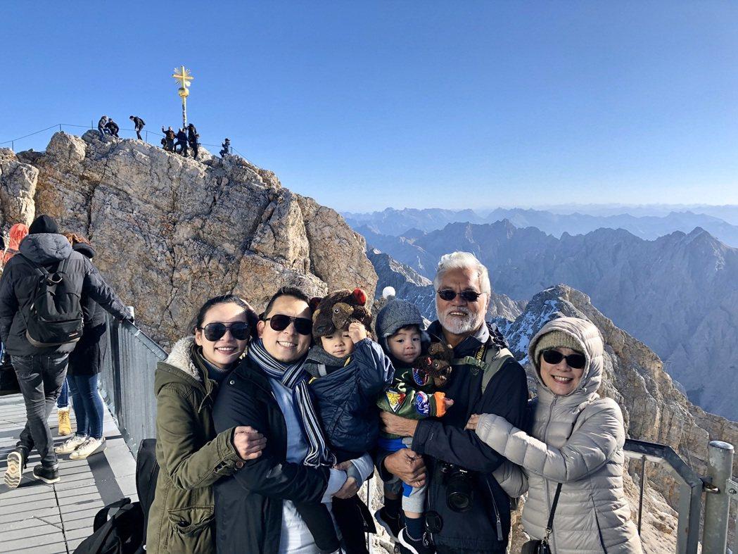 蘇打綠小威(左二)帶著妻小跟岳父、岳母遊歐21天。圖/LeMood提供