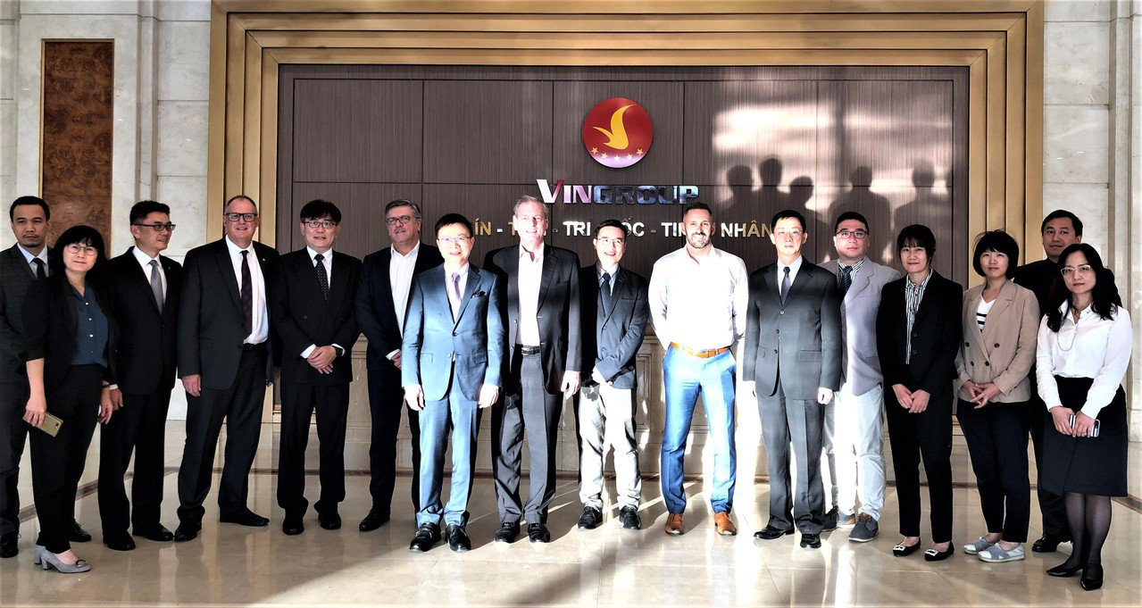 貿協董事長黃志芳(左7)率台灣汽車團隊與Vinfast副總裁James DeLu...
