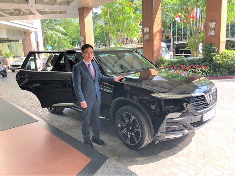 貿協董事長黃志芳體驗VinGroup集團自家生產最高端休旅車VinFast LUX。圖/貿協提供