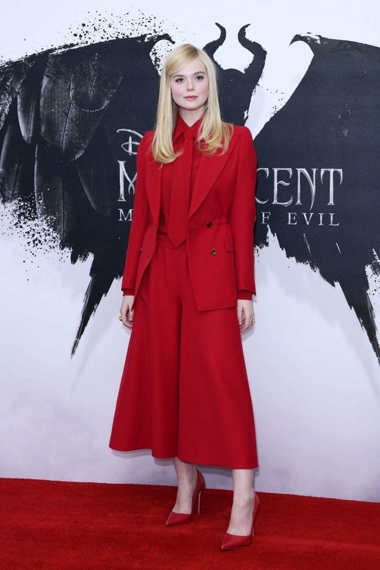 艾兒芬妮選穿GUCCI紅色西裝套裝,一整套鮮紅配色展現超強氣勢,也有一種文藝少女...