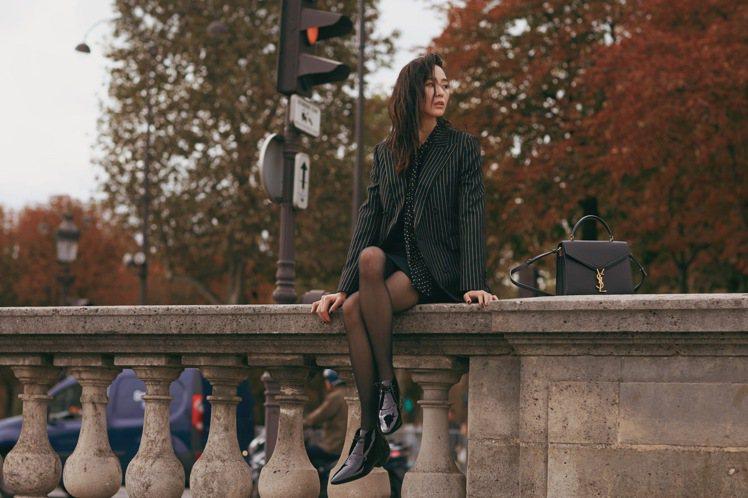 張鈞甯穿SAINT LAURENT星星印花絲質襯衫配金絲線條西裝外套,再以不對襯...