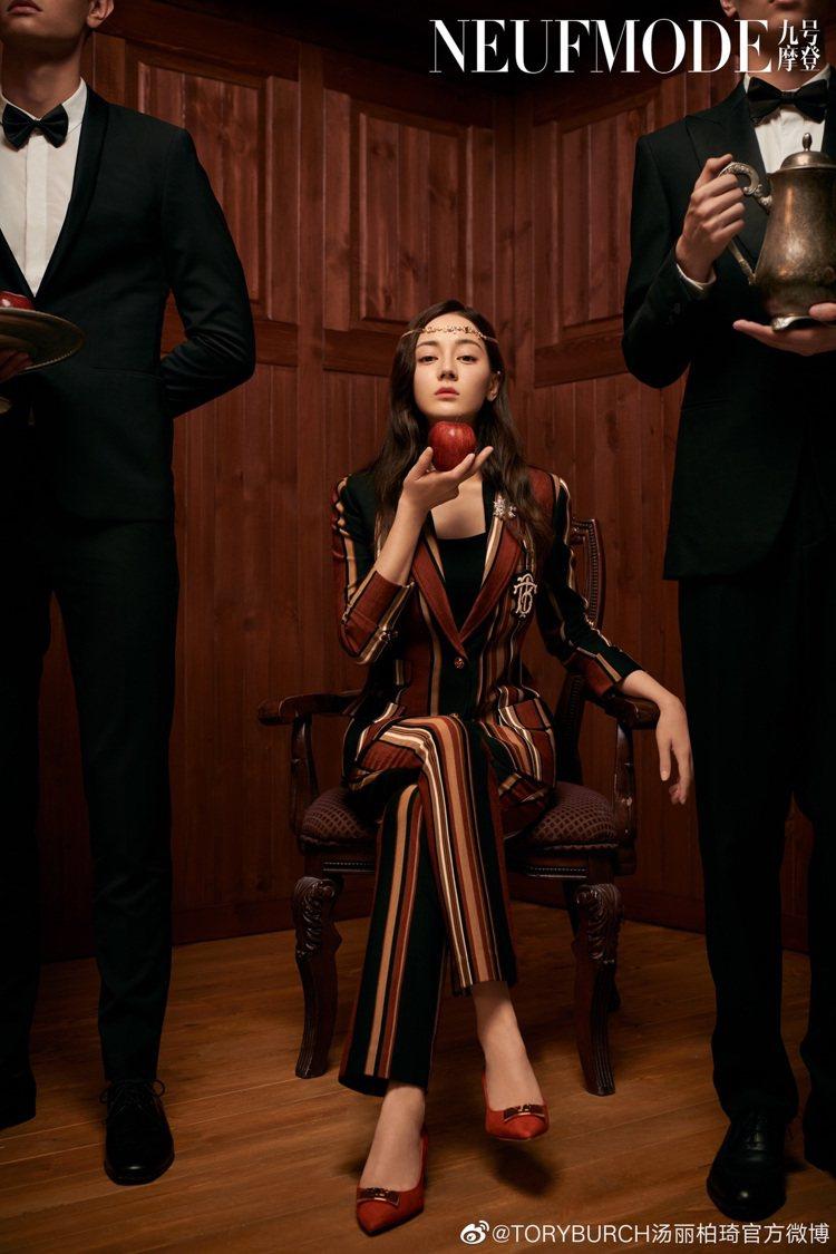 大陸女星迪麗熱巴穿Tory Burch條紋西裝造型套裝登上雜誌,復古的配色在線條...