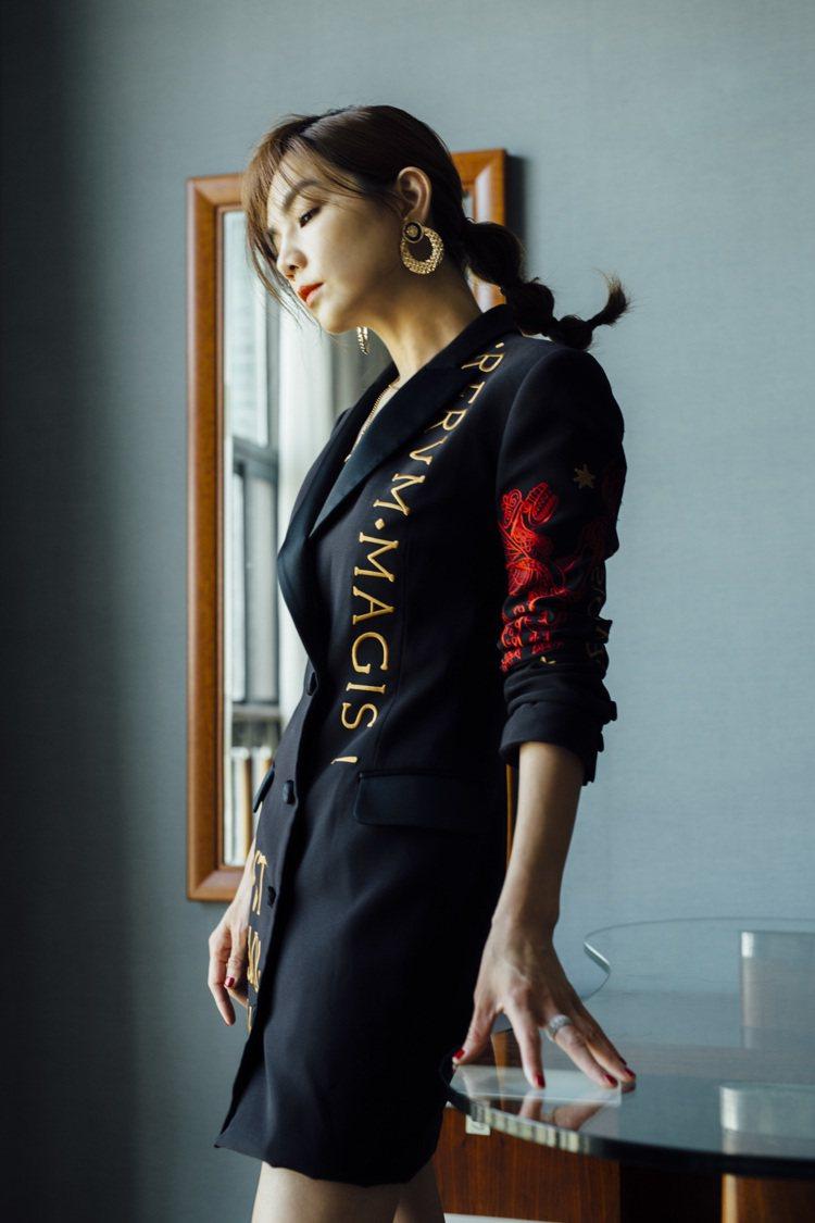 Ella陳嘉樺穿MOSCHINO早秋拉丁文刺繡盤繞西裝大衣裙。圖/MOSCHIN...