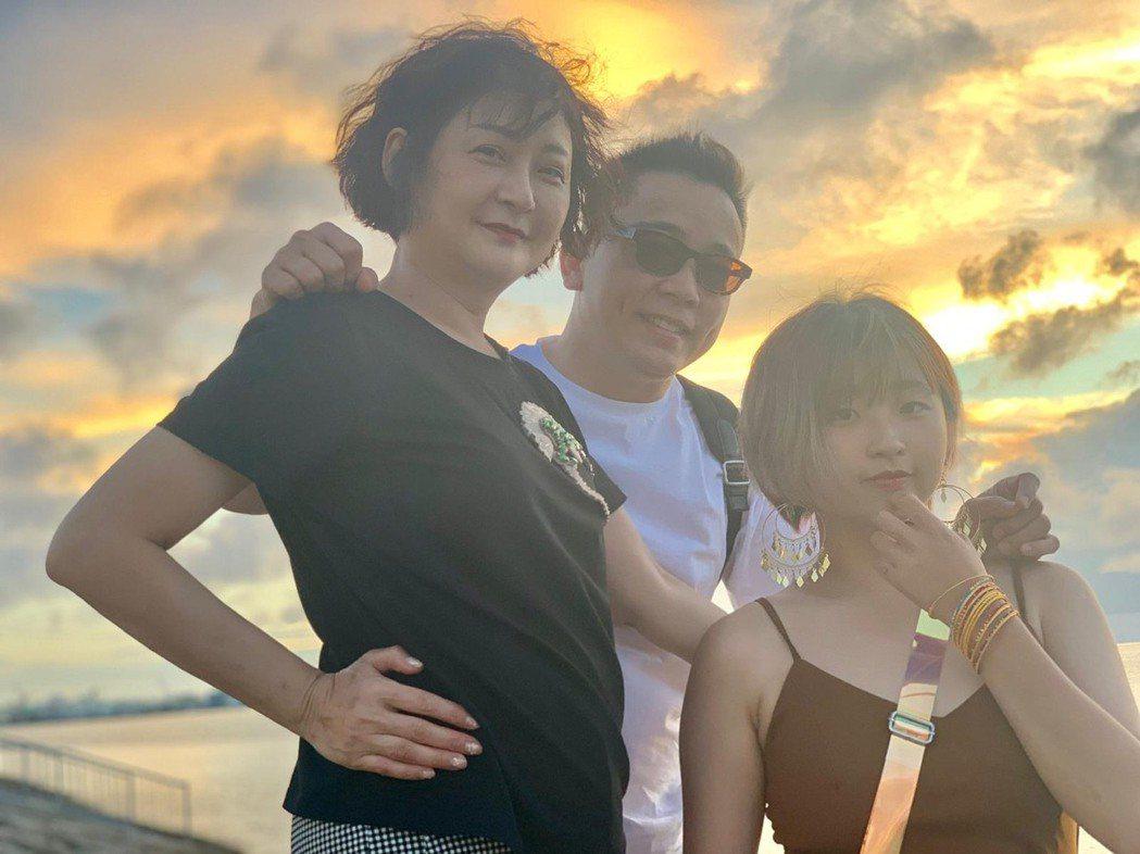詹惟中(中)今年還跟離婚妻子張惠文(左)、女兒一起赴琉球旅遊。圖/詹惟中提供