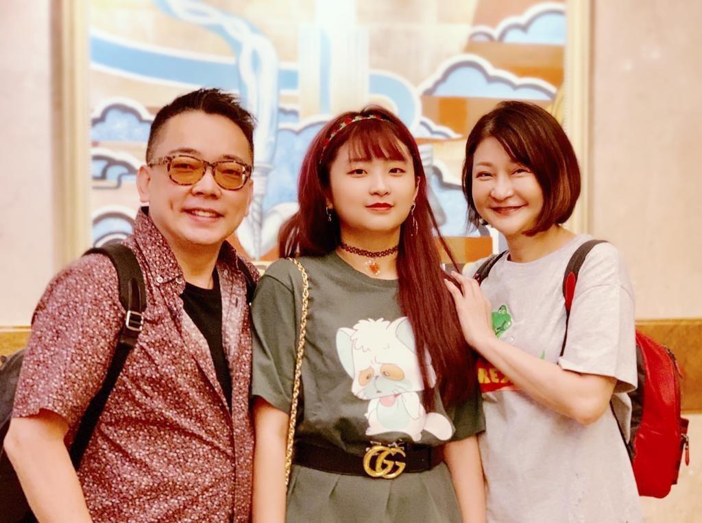 詹惟中(左)今年還跟離婚妻子張惠文(右)、女兒一起赴澳門旅遊,看來就像一家三口從...