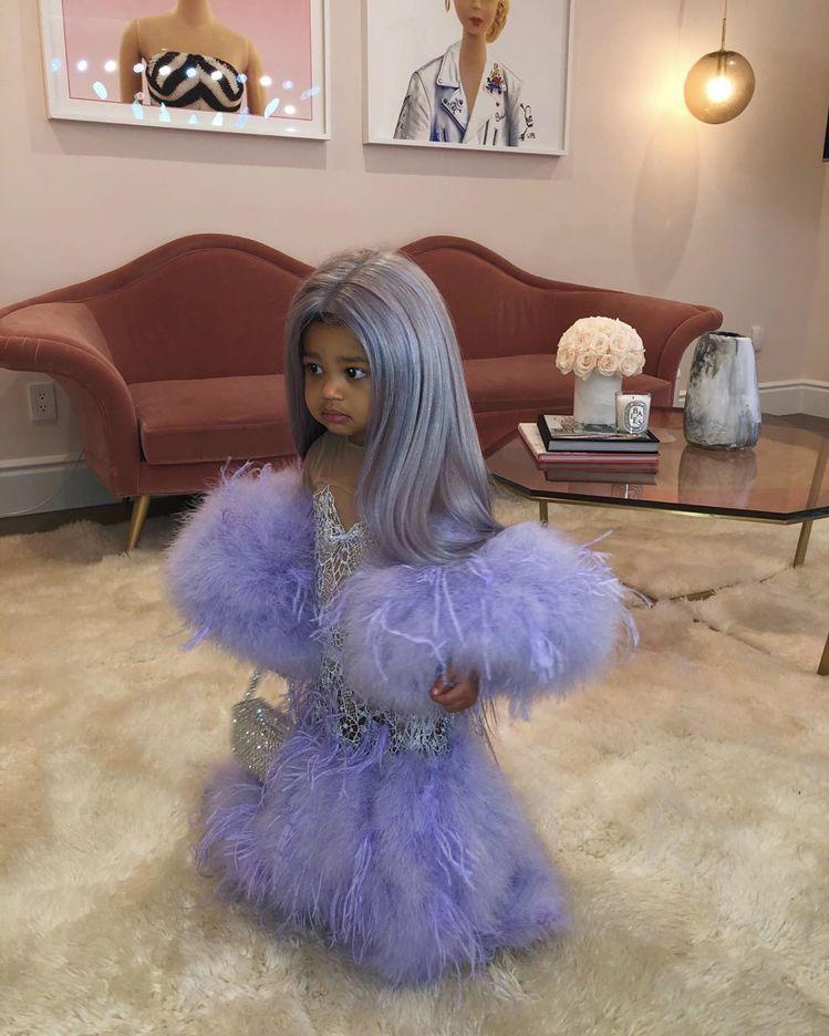 凱莉珍娜讓一歲多的女兒Stormi Webster複製自己今年五月在Met Ga...