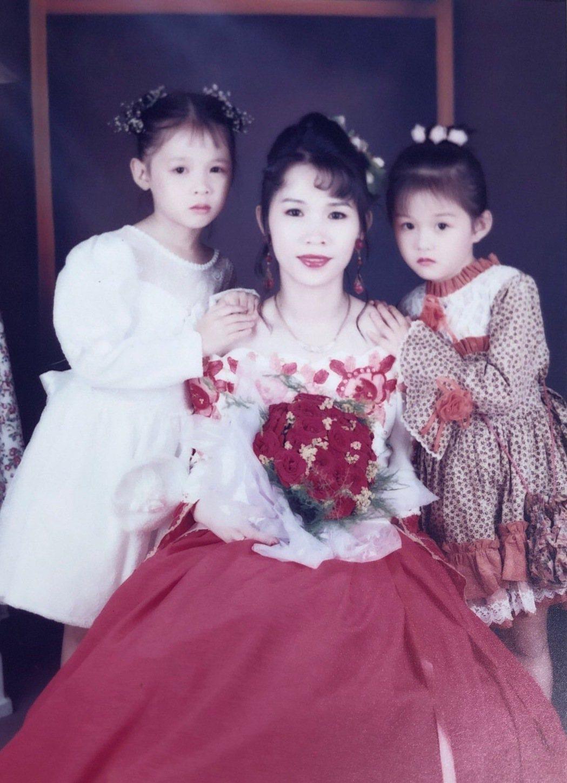 邵雨薇和媽媽、姊姊曾一起拍美美的沙龍照。圖/威視提供