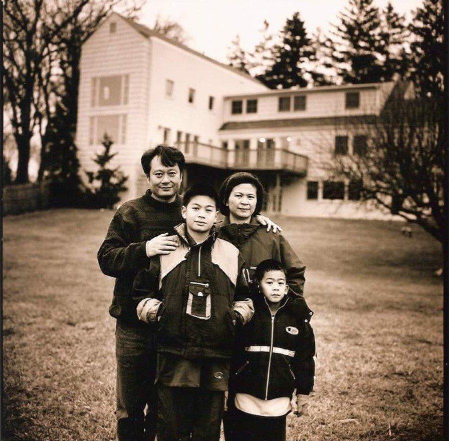 李安與李淳等一家人昔日合照隨著「陪你很久很久」主題曲MV曝光。圖/威視提供