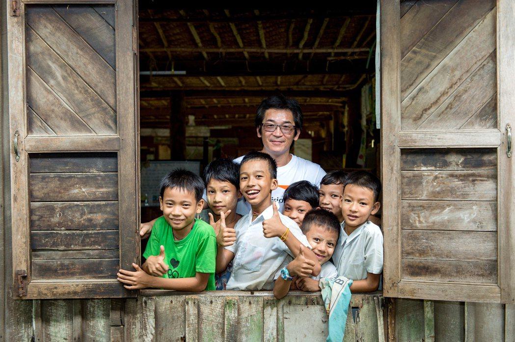 魏德聖在緬甸偏鄉看到孩子們努力求學、想改變自己的人生。圖/台灣世界展望會提供