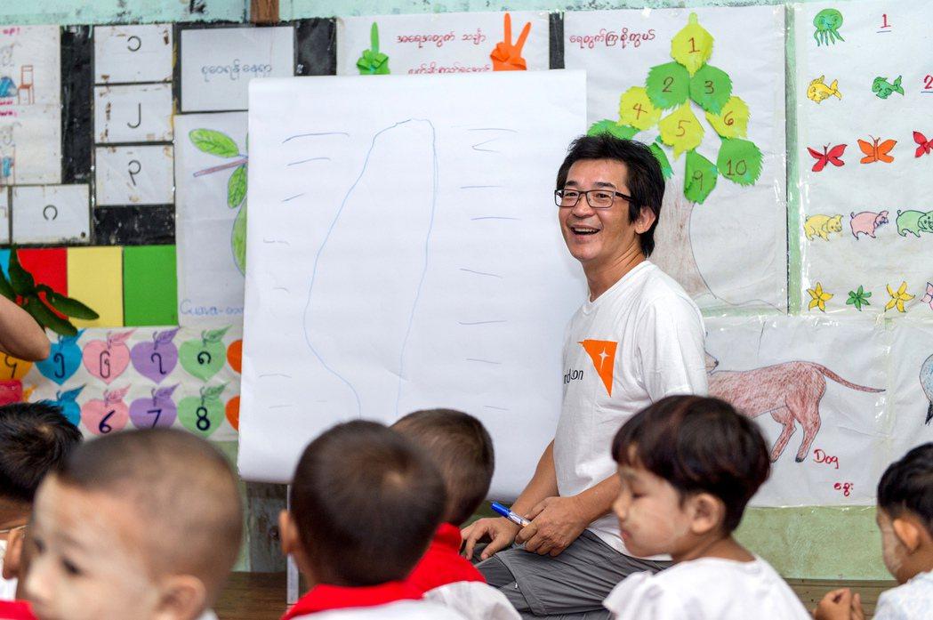 魏德聖化身幼教老師,讓緬甸孩子認識台灣。圖/台灣世界展望會提供