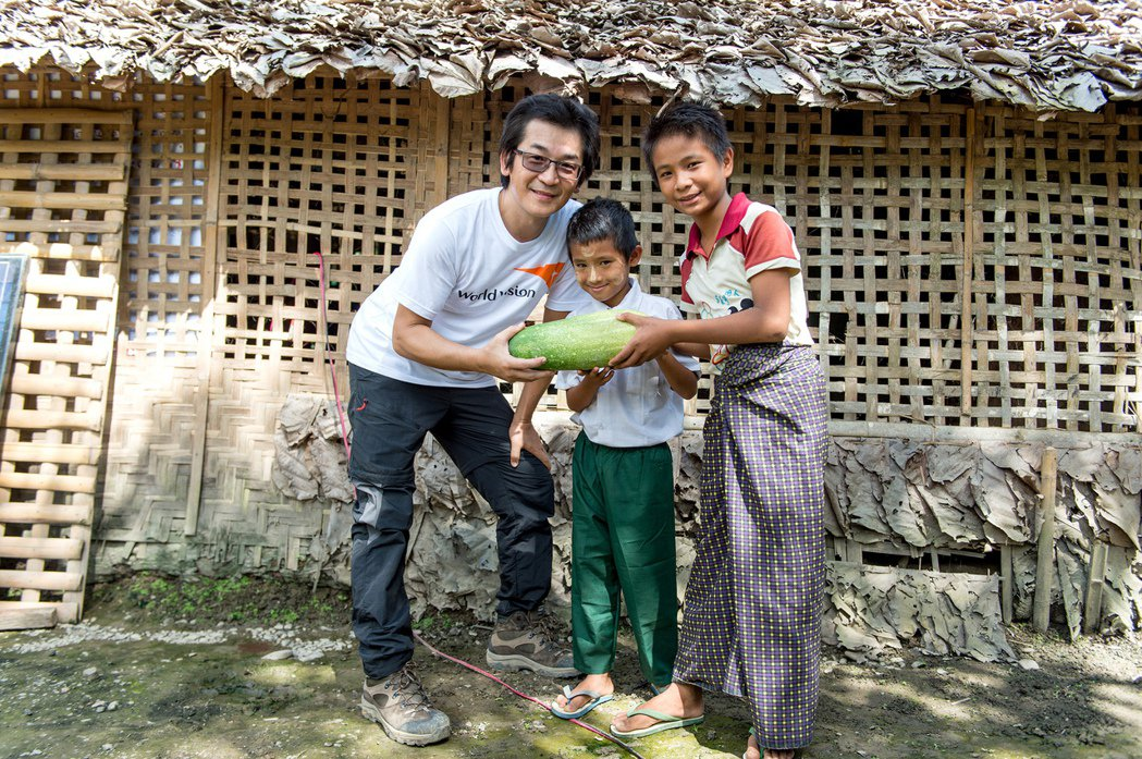 家境清貧的單親媽媽仍在道別時選了一顆最大、最漂亮的瓜與魏德聖分享。圖/台灣世界展...