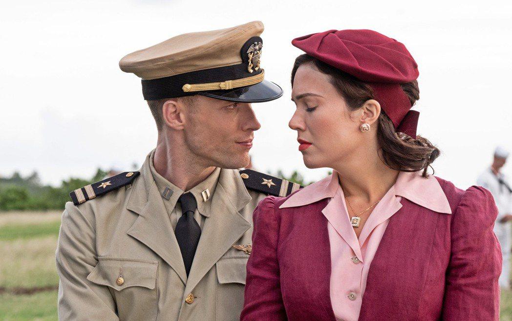 艾德史克林和曼蒂摩兒在「決戰中途島」扮演夫妻。圖/双喜提供