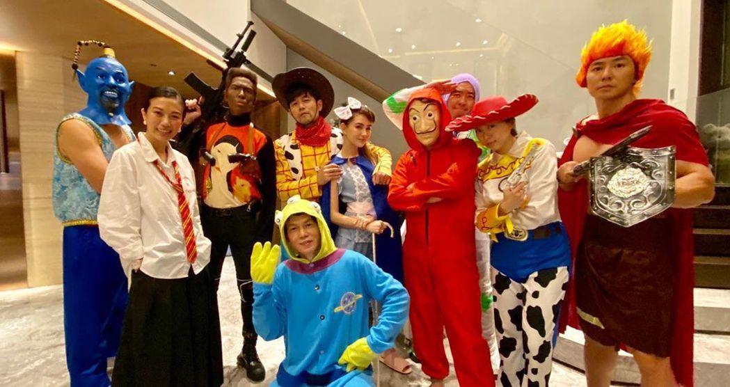 周杰倫(後排左四)扮成胡迪邀朋友們開萬聖節趴。圖/摘自IG