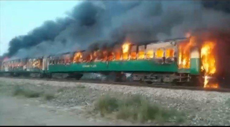 巴基斯坦10月31日驚傳火燒列車,疑似是乘客在車上煮飯引發氣爆,目前已知71死43傷11命危。(路透)