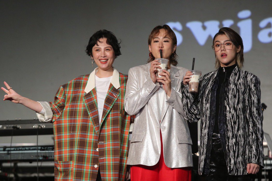 鮮于貞娥(中)相當喜歡魏如萱(中)推薦的芋頭奶茶,右為So!YoON!。記者徐兆