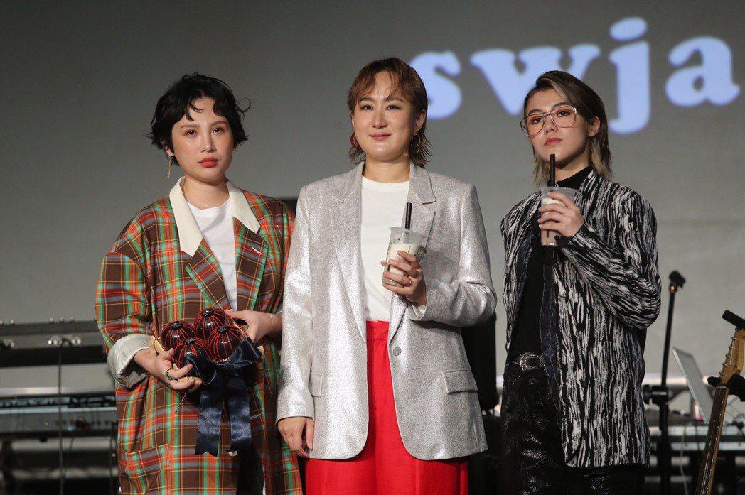 魏如萱(左起)送禮替鮮于貞娥、So!YoON!打氣。記者徐兆玄/攝影