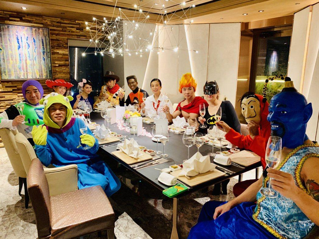 周董於IG分享今年萬聖節的變裝派對。圖/摘自IG