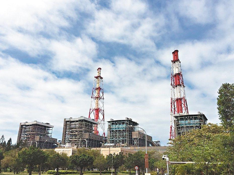 高雄市副市長葉匡時昨表示,已和高雄興達電廠達成用煤發電減量及停役協議,四部燃煤機組停止兩部。 圖/高雄市環保局提供